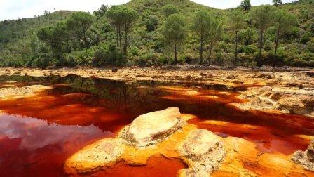 """这条""""血红色""""的河流, 还能溶解金属, 人掉进去的话渣都不剩!"""