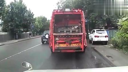 小伙过马路, 面对突如其来的小车, 飞跳而起, 真