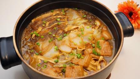 """大厨教你""""白菜猪肉炖粉条""""家常做法, 味道鲜美, 暖身又暖胃!"""
