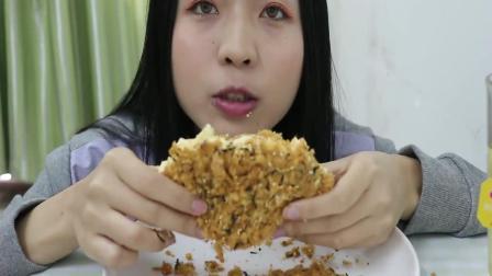 吃播小姐姐: 今天吃大号的肉松小贝, 咬下去满口肉松和酱, 太爽了
