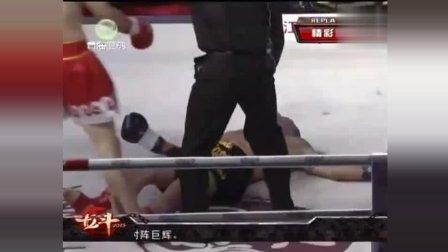 日本人趁碰拳时无耻偷袭, 中国拳手怒了, 太残暴了!