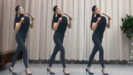 美女跳了一段扬鞭体操视频火了很《折断的红鞭是不是很过瘾》哈哈