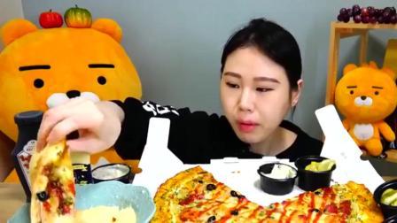 吃播: 大胃王小姐姐吃超大披萨, 披萨料很足