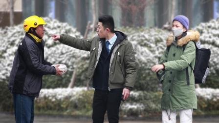 外卖员雪天迟到遭辱骂,一群路人围了上来!