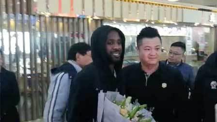 体育辣报 劳森已到! 山东外援抵达济南机场