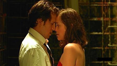 年轻情侣赌气分离十年, 再次相遇时一起浇筑在水泥里, 一场虐恋
