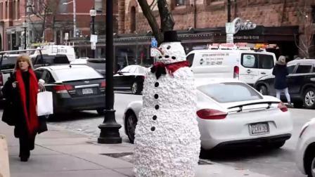 搞笑: 街头扮雪人, 路过的美女包包都被吓掉了