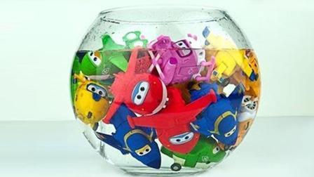 谁家小孩那么皮? 把超级飞侠乐迪他们都推进了水缸? 最后还笑了!