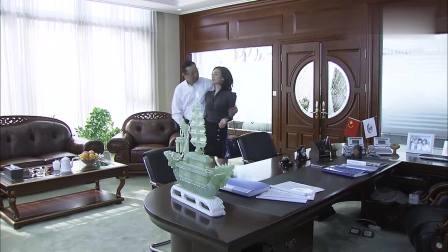 总裁和夫人在办公室里亲密聊天, 女秘书进来竟对夫人一阵抱怨