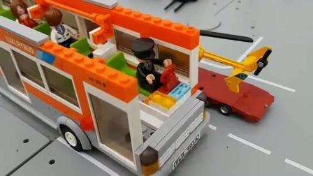 乐高小人们乘坐公交电车工程车亲子益智玩具视频分享