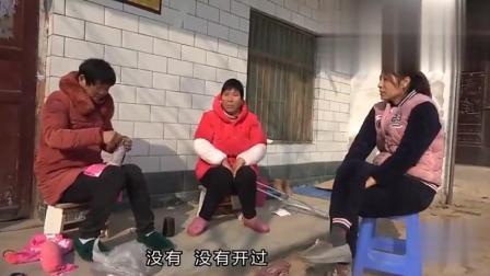 农村婆婆缝决明子枕头, 邻居拄儿媳妇的拐, 儿媳妇说话逗乐大家