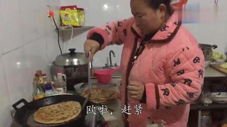 农村婆婆炕大饼, 大儿媳来帮忙, 小儿媳炒菜, 幸福的一家人