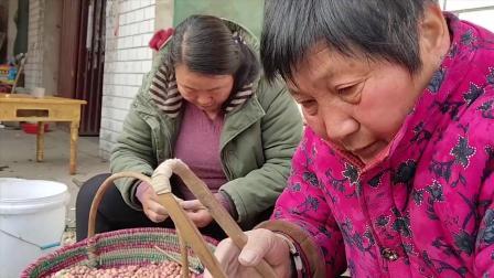 农村婆婆去剥花生种子, 剥一斤多少钱这么冷的天大家都抢着干