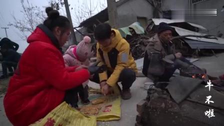 农村妯娌儿媳回娘家, 看到二大爷在做玉米花, 做上两锅带回家吃