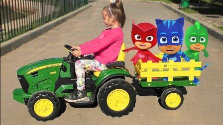超萌小萝莉带睡衣小英雄去动物园玩耍, 竟然还带了食物给小动物