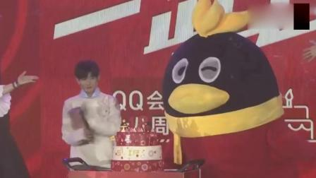 QQ会员18岁成人礼王源警告粉丝, 你们不要拿纸飞机砸我啊