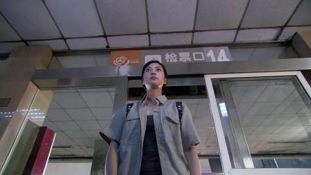 女警为追逃犯不买票就要进站,亮出配枪和公安证,直接就放行!