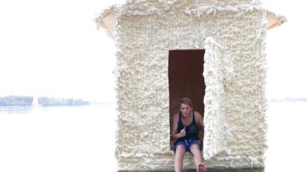 外国牛人用泡沫自制房子, 光看造型吸粉无数, 漂在水里算是真服气