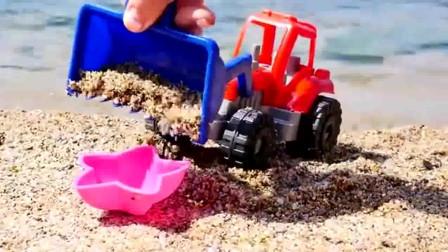 噢! 铲土机在海边挖到了奇趣蛋工程车亲子益智玩具视频分享