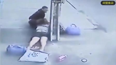 """女孩乖乖地趴在地上, 任人宰割, 下一秒竟然逃过了""""人生大劫"""""""