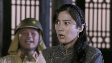 女战士被鬼子包围,鬼子想欺负她,营长扔石头把他们全砸倒!