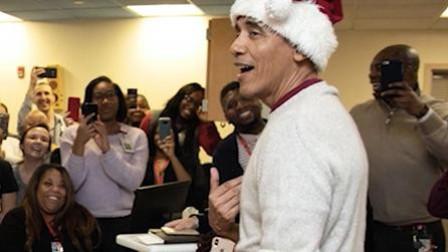 奥巴马变身圣诞老人, 为病童送节日惊喜