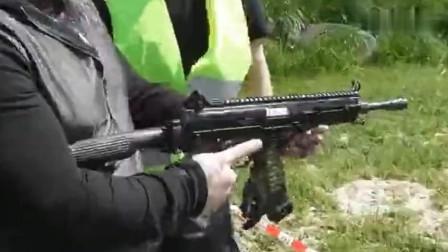 外国牛人体验射击半自动卡宾枪, 这射击操作太搞