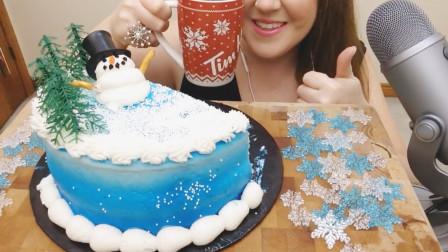 外国阿姨吃圣诞流行蛋糕, 很少有人能抵挡的美味, 感到满满的幸福