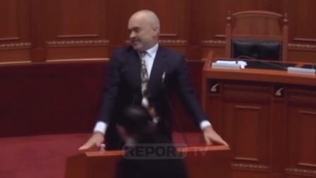 阿尔巴尼亚总理正说着话 反对党成员飞身上去就是倆鸡蛋...