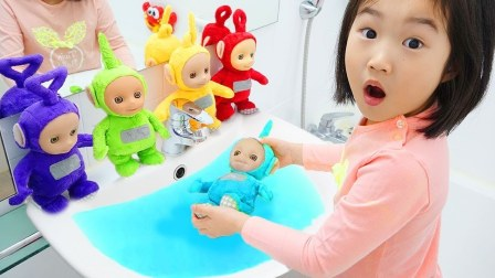 可爱小萝莉帮忙照顾天线宝宝,给宝宝洗澡、玩游戏跳舞!