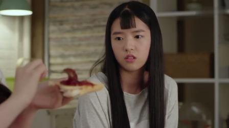 女孩带了妈妈做的面包酱,室友觉得好吃,一下抹了好多,女孩看呆