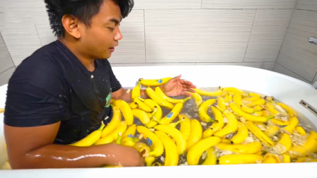 小哥作死用香蕉和雪碧泡澡, 结果放了连环屁, 网友: 有毒!