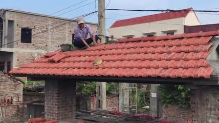 越南农村大户人家建房, 工人们给院子门头盖瓦片, 一看就很气派