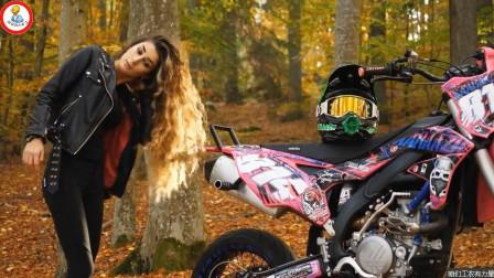 女孩喜欢跟机车拍照片, 出去旅行她总是开着面包车拉着她的摩托车