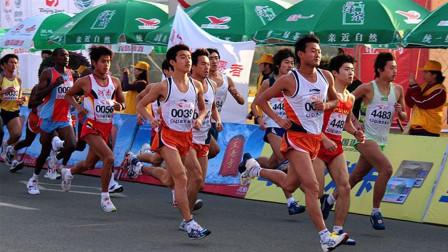 在跑马拉松时, 运动员突然想上厕所怎么办?