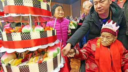 百岁老人过寿五世同堂 子孙亲人来了100多人祝福
