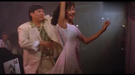 最佳拍档: 光头佬唱歌, 洪金宝陪两位姑娘跳舞, 姑娘身材太好洪金宝有点把持不住
