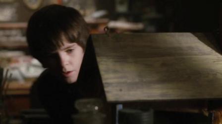小男孩用蜂蜜配饼干,想把隐身怪引出来,不料看到时却被吓一跳