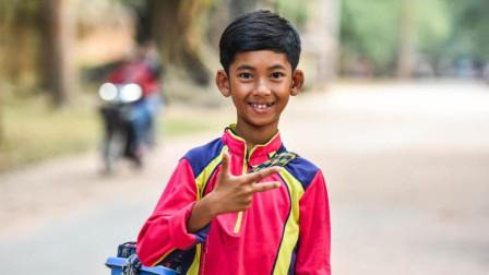 """柬埔寨神童会10门语言, 能与游客流利对话, 还会唱""""我们不一样""""!"""