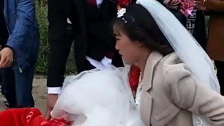 婚车到了村口, 新郎决定自己把新娘子用小推车给推回家