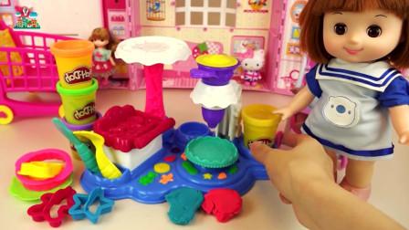 婴儿娃娃用模具做蛋糕游戏真好玩