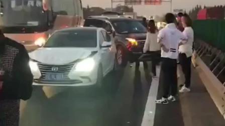 多车追尾, 大众途昂在中间被撞却一点事都没有, 质量就是这么硬!