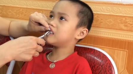 小男孩换门牙, 疼的都不让碰, 无奈跑去看牙医, 拔完瞬间疼的大哭