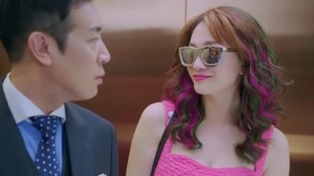美女浓妆艳抹精心打扮,回家坐电梯,站在一旁的丈夫愣是没认出来