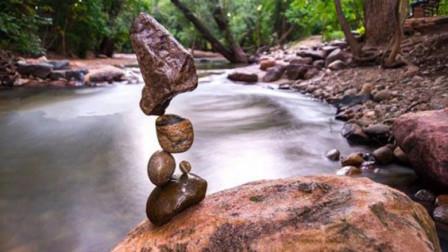 老外自称平衡艺术家让石头实现平衡