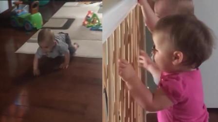 两个小萌娃听见爸爸回来了, 立马飞奔着爬到门口去迎接, 太可爱了
