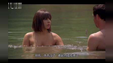 帅气小伙与美女湖边洗澡, 不料双双落入鳄口, 太可悲来