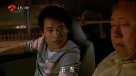 女总裁为了躲避交警的酒精测试, 偷偷跑进穷小子的车里
