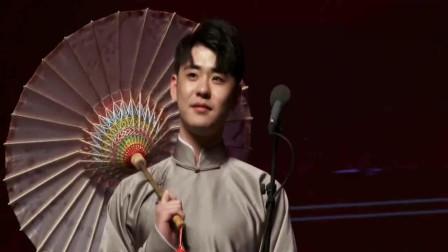 张云雷打着油纸伞唱着《千年等一回》, 粉丝们跟唱, 九郎在旁吐槽