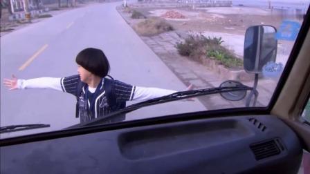 俩小孩回家却没钱坐车,在路上拦车没人理,哥哥直接站到路中间